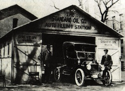 Makeshift gas station in 1900's. Image courtesy of John Jakle.