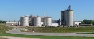 The Siouxland ethanol plant west of Jackson, Nebraska. An invention at UW–Madison may improve fermentation results while reducing the hazard of antibiotic resistance. PHOTO: AMMODRAMUS/WIKIMEDIA COMMONS - See more at: http://news.wisc.edu/food-scientist-aiding-fuel-ethanol-with-new-engineered-bacteria/#sthash.cZfk0sBM.dpuf